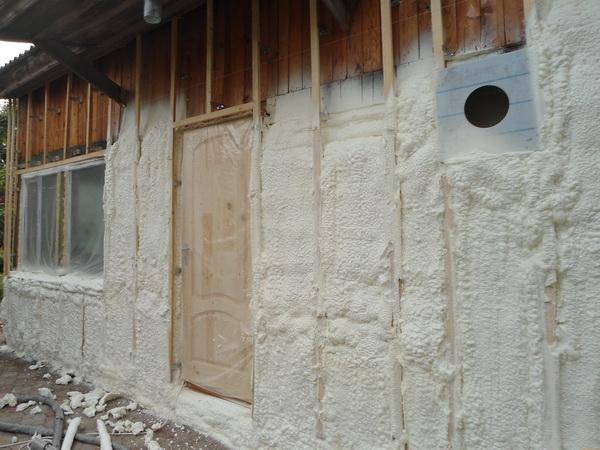 Утпеление фасада и фундамента коттеджа пенополиуретаном 2