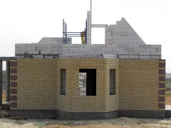 Пошаговая кладка стен дома из газобетонных блоков 2