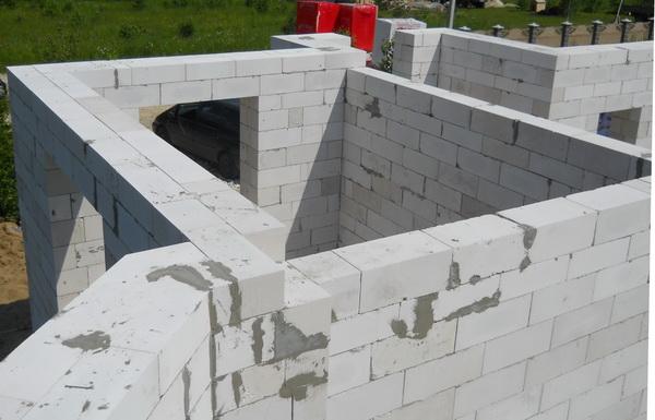 Пошаговая кладка стен дома из газобетонных блоков 5